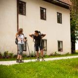 Beaux jeunes couples actifs augmentant la colline s'élevante de nature d'ina ou Photo stock