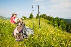 Beaux jeunes couples actifs augmentant la colline s'élevante de nature d'ina ou Photos libres de droits