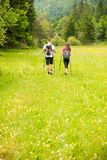 Beaux jeunes couples actifs augmentant la colline s'élevante de nature d'ina ou Images stock