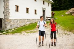 Beaux jeunes couples actifs augmentant la colline s'élevante de nature d'ina ou Photo libre de droits