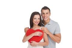 Beaux jeunes couples affectueux o d'isolement par position Image stock
