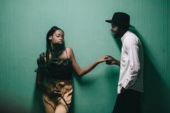 Beaux jeunes couples africains se tenant près de l'un l'autre images stock