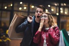 Beaux jeunes couples appréciant dans les achats, ayant l'amusement ensemble Consommationisme, amour, datant, concept de mode de v images stock