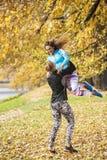 Beaux jeunes couples appréciant ensemble en parc Photographie stock