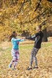 Beaux jeunes couples appréciant et tournant ensemble en parc Image libre de droits