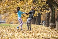 Beaux jeunes couples appréciant et tournant ensemble en parc Photo stock
