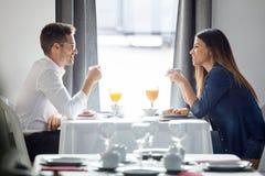 Beaux jeunes couples appréciant le petit déjeuner dans la salle à manger de l'hôtel image stock