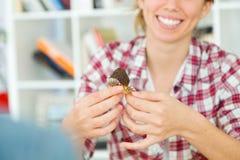 Beaux jeunes couples appréciant le petit déjeuner dans leur nouvelle maison Images stock