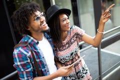 Beaux jeunes couples appr?ciant dans la bonne humeur dans la ville Mode de vie, amour, datant, concept de vacances photos libres de droits