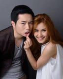 Beaux jeunes couples asiatiques dans l'amour, jouant ensemble par le pul de femmes Image stock