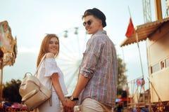 Beaux, jeunes couples ayant l'amusement à un parc d'attractions Concept de parc à thème d'amour de relaxation de datation de coup Photo libre de droits