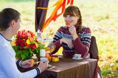 Beaux jeunes couples ayant le pique-nique dans le parc d'automne Famil heureux Images stock
