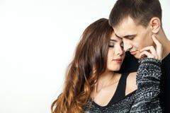 Beaux jeunes couples d'isolement sur le fond blanc Image libre de droits