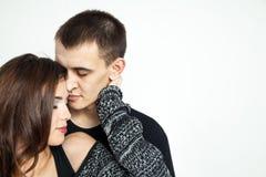 Beaux jeunes couples d'isolement sur le fond blanc Images libres de droits