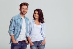 Beaux jeunes couples dans des jeans Photo stock
