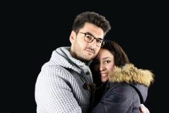 Beaux jeunes couples dans des vêtements d'hiver embrassés Photo libre de droits