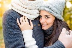 Beaux jeunes couples dans l'amour, étreignant Nature ensoleillée d'automne Image libre de droits