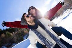 Beaux jeunes couples dans l'amour au-dessus du fond d'hiver Photographie stock