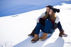 Beaux jeunes couples dans l'amour au-dessus du fond d'hiver Images libres de droits