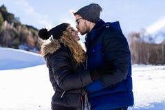 Beaux jeunes couples dans l'amour au-dessus du fond d'hiver Image stock
