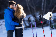Beaux jeunes couples dans l'amour au-dessus du fond d'hiver Photographie stock libre de droits