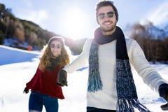 Beaux jeunes couples dans l'amour au-dessus du fond d'hiver Images stock