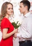 Beaux jeunes couples dans l'amour avec un bouquet des fleurs Le jour de Valentine Image stock