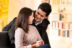 Beaux jeunes couples dans l'amour dans le jour de valentines de St à un arrière-plan brouillé de bureau Image libre de droits