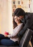 Beaux jeunes couples dans l'amour dans le jour de valentines de St, homme étreignant son amie à un arrière-plan brouillé de burea Photo stock