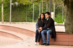 Beaux jeunes couples dans l'amour dans le jour de valentines de St se reposant en parc Photos stock