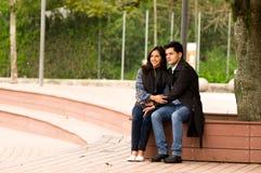 Beaux jeunes couples dans l'amour dans le jour de valentines de St se reposant en parc Image libre de droits