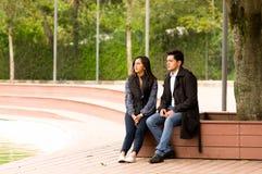 Beaux jeunes couples dans l'amour dans le jour de valentines de St se reposant en parc Photographie stock libre de droits