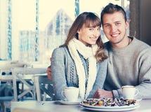 Beaux jeunes couples dans l'amour en café Image libre de droits