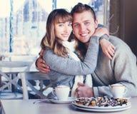 Beaux jeunes couples dans l'amour en café Photos stock