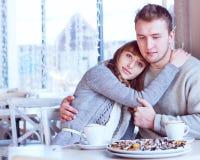 Beaux jeunes couples dans l'amour en café Images libres de droits
