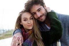 Beaux jeunes couples dans l'amour en hiver froid sur la plage Photos libres de droits