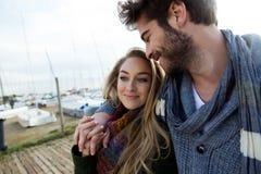 Beaux jeunes couples dans l'amour en hiver froid sur la plage Image stock