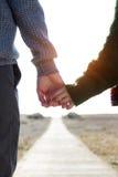Beaux jeunes couples dans l'amour en hiver froid sur la plage Photographie stock