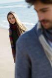 Beaux jeunes couples dans l'amour en hiver froid sur la plage Images libres de droits