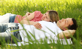 Beaux jeunes couples dans l'amour en nature Images libres de droits