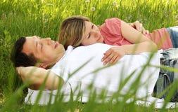 Beaux jeunes couples dans l'amour en nature Photos stock
