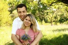 Beaux jeunes couples dans l'amour en nature Image libre de droits
