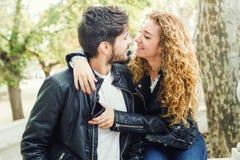 Beaux jeunes couples dans l'amour en parc Photo libre de droits