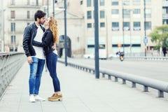 Beaux jeunes couples dans l'amour en parc Photo stock