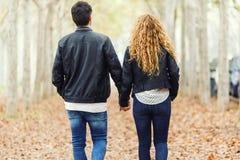 Beaux jeunes couples dans l'amour en parc Photos stock