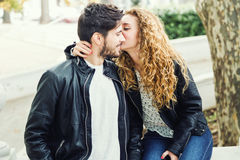 Beaux jeunes couples dans l'amour en parc Images stock