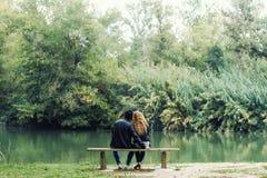 Beaux jeunes couples dans l'amour en parc Images libres de droits