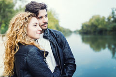 Beaux jeunes couples dans l'amour en parc Photographie stock