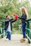 Beaux jeunes couples dans l'amour en parc Image libre de droits