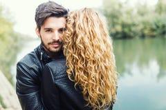 Beaux jeunes couples dans l'amour en parc Photographie stock libre de droits